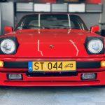 Herb Porsche już na swoim miejscu.