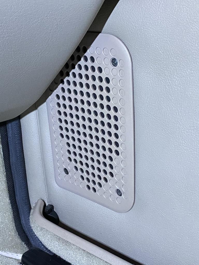 Prawa maskownica po instalacji głośnika.